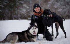 Sportinius šunis auginantis vyras: sportas su šunimis Lietuvoje sparčiai populiarėja