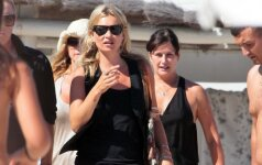 Kate Moss paplūdimio stiliukas: odiniai mini šortukai