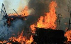 Reikalinga pagalba: Plinkaigalyje sudegė ugniagesio šeimos namas // Ugniagesys vyko gesinti savo paties namo // Gaisrininkas stebėjo, kaip ugnis naikina jo paties namus