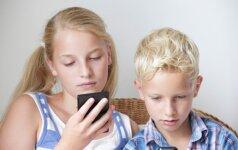 Tyrimas: berniukai žaidžia, o mergaitės plepa mobiliaisiais