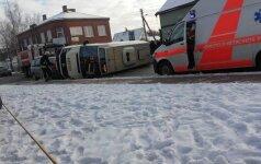 Marijampolėje apvirto keleivinis mikroautobusas, sužaloti žmonės