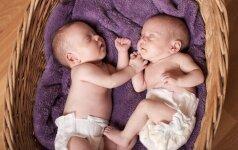 Iš karto po gimimo dvynukai susikibo rankomis FOTO