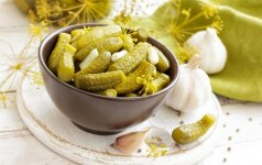 Ruoškime atsargas: aštrūs marinuoti agurkėliai (paprasta ir greita!)