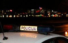Girtas policininkas Gedimino pr. spardė taksi automobilį