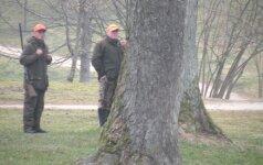 """Plungės parke išduotas leidimas """"šaudyti"""" kovus skubiai atšauktas"""