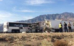 Kalifornijoje kraupi autobuso avarija: žuvo 13 žmonių, dar 30 sužeista
