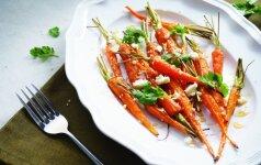 Keptos morkos su feta ir sezamų sėklomis