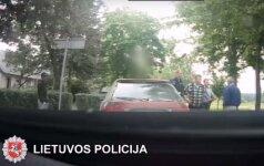 Pieną vežęs girtas vairuotojas pareigūnams siūlė šimtus eurų