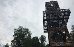 Į svyruojantį bokštą užkopusi lajų tako lankytoja ėmė spiegti: kaip man dabar grįžti namo?