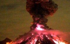 Meksikos Kolimos ugnikalnis ir toliau nerimsta