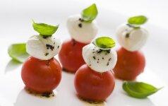 8 būdai originaliai patiekti mocarelos salotas (foto)