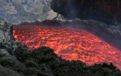 Iš Etnos ugnikalnio teka raudonos lavos srovė