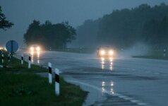 Po ilgojo savaitgalio grįžtantys namo turėtų pasisaugoti — kelius prausia lietus