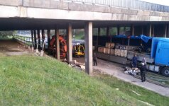 Vilniuje sunkvežimis įstrigo po viaduku
