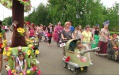 Išradingiausių vaikiškų vežimėlių parade - tanko formos vežimaitis