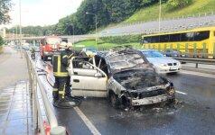 Vilnių sukaustė spūstys: Geležinio Vilko gatvėje degė automobilis