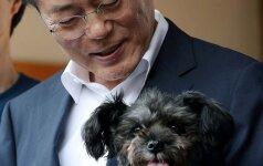 Moon Jae-In priglaudė šunį