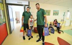 Lietuvos krepšinio rinktinės nariai aplankė sunkiai sergančius vaikus