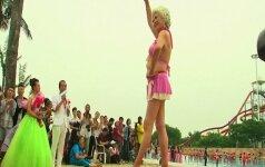 Bikinius vilkinčios moterys konkurse skatino teigiamą požiūrį į senėjimą