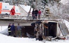 Į upelį įlėkė mikroautobusas, trys žmonės žuvo: du suaugusieji ir 6 metų berniukas
