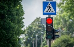 Degant raudonam signalui per gatvę ėjo dviese: vaikinas žuvo, mergina sužalota