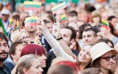 """Valstybės dieną keturios Lietuvos sostinės vienu balsu giedos """"Tautišką giesmę"""""""