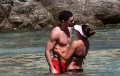 Užbuksavusi lenkų įvarčių mašina kartu su gražuole žmona mėgaujasi Graikijos saule