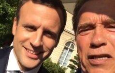 A. Schwarzeneggeris ir E. Macronas vaizdo įraše pasišaipė iš D. Trumpo