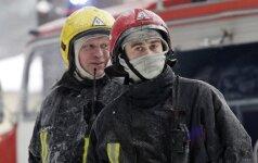 Palangos ugniagesiai iškviesti į gaisrą įmonėje: dega stogas