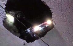 Kalifornijoje atsivėrusi smegduobė prarijo du automobilius