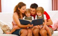 Kodėl tėvai turėtų skirti daugiau laiko šeimos fotoalbumų peržiūrai su vaikais?