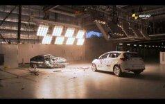 """Seno ir naujo """"Toyota Corolla"""" akistata: kaip smarkiai pasikeitė automobilių saugumas"""