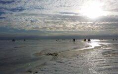 Siūloma dešimteriopai didinti baudas nedrausmingiems žvejams ant Kuršių marių ledo