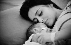 Jaudinantis video: ką tik gimęs vaikas nenori atsiskirti nuo mamos