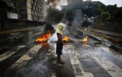 """Po sraigtasparnio atakos Venesuela žada kovoti su """"perversmu"""""""