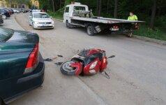 Vilniuje motoroleris rėžėsi į stovintį automobilį – du ligoninėje, vienas jų be sąmonės