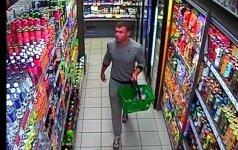Nufilmuotas įžūlus vagišius: čiupęs alkoholį spruko pro pardavėją