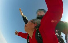 Garbaus amžiaus moteris iš Kinijos išgarsėjo šuoliu su parašiutu