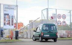 Į statybos medžiagų prekybos salę – automobiliu