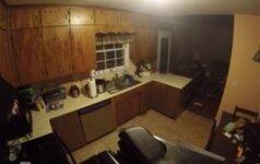 Slapta kamera nufilmavo, kas naktį siautėjo virtuvėje