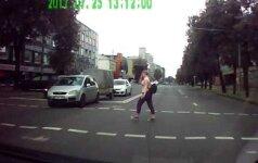 Užfiksavo vaizdo registratoriumi: juodas BMW per raudoną šviesą – ir kur priskubėjo?
