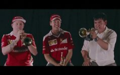 """""""Formulės 1"""" lenktynininkai Meksikoje mokėsi pūsti trimitą"""