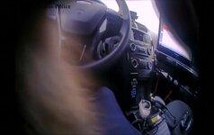 Policininkas išgelbėjo ir vėliau priglaudė vidury greitkelio atsidūrusį kačiuką