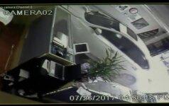 Parduotuvėje sėdėjęs vyras laiku pastebėjo pro vitriną įlekiantį automobilį