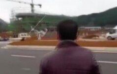 Nufilmuota, kaip leisdamasis į automobilį rėžėsi bepilotis lėktuvas