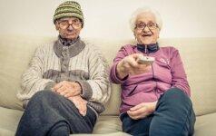 Senoliai žiūri televizorių