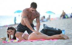 Didžiakrūtę gražuolę paplūdimyje trynė raumeningas eržilas