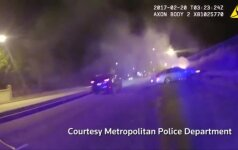 Vašingtone policija išgelbėjo iš degančio automobilio vyrą
