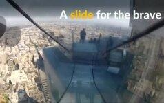 Nusileidimas drąsiems: dangoraižyje įrengta čiuožykla iš stiklo