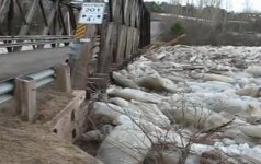 Minijos upės ledonešis vos nenunešė pėsčiųjų tilto